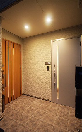 玄関 親世帯と子世帯の玄関が並ぶアプローチ。落ち着いた雰囲気の親世帯の玄関、... ロフトを活用